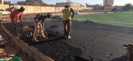 استمرار أعمال الصيانة والتطوير بملعب سبها البلدي